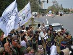 pejuang-taliban-memegang-bendera-taliban-berkumpul-di-sepanjang-jalan.jpg