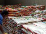 pekerja-di-gudang-distributor-jalan-jendral-kota-pekanbaru-menyusun-tumpukan-beras-di-gudang.jpg