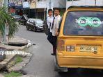 pelajar-di-pekanbaru-bergelantungan-di-angkot-sepulang-sekolah-3_20170918_170328.jpg