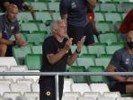 pelatih-roma-asal-portugal-jose-mourinho-memberi-arahan-dari-tribun-penonton.jpg