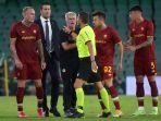 pelatih-roma-jose-mourinho-tengah-berdebat-dengan-wasit-spanyol-figueroa-vazquez.jpg