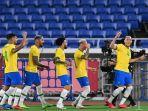 pemain-depan-brasil-richarlison-kanan-merayakan-dengan-rekan-satu-timnya.jpg