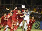 pemain-vietnam-berebut-bola-dengan-filipina-dok-aff-suzuki-cup-2018.jpg