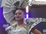 pemenang-dan-peserta-lomba-recycle-fashion-di-hut-mal-pekanbaru_20181104_212958.jpg