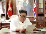 pemimpin-korea-utara-kim-jong-un-saat-membaca-surat-di-sebuah-lokasi-tahun-2019-silam.jpg