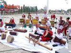 penampilan-grup-musik-bertuah-akshara-sympony-di-halaman-kantor-gubernur-riau.jpg
