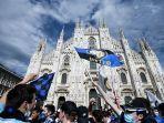 pendukung-inter-milan-merayakan-kemenangan-di-piazza-duomo-di-milan-pada-2-mei-2021.jpg