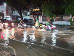 pengendara-melintas-banjir-di-pekanbaru.jpg