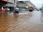 pengendara-sepeda-motor-nekat-terobos-banjir-yang-genangi-jalanan-di-dumai_20181012_120201.jpg