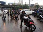 pengendara-yang-kendaraannya-mogok-karena-menerobos-banjir_20170222_083225.jpg