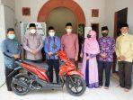 pengurus_darul_hadits_bersyukur_mendapat_sepeda_motor_dari_bupati_siak.jpg