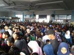 penumpang-berdesak-di-ruang-tunggu-pelabuhan-tanjung-harapan_20171018_204022.jpg