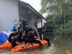perahu-karet-diturunkan-banjir-pku.jpg
