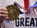 peraih-medali-emas-tom-dean-dari-inggris-berpose-dengan-medalinya.jpg