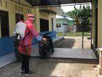 perangi-pandemi-covid-19-tim-kukerta-relawan-unri-lakukan-penyemprotan-disinfektan-di-kantor-desa.jpg