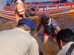 personil-satpolair-polres-pelalawan-bersama-masyarakat-mengevakuasi-korban-tenggelam.jpg