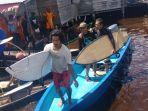peselancar_lokal_bono_surfing_teluk_meranti.jpg