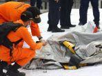 petugas-basarnas-memeriksa-benda-yang-diduga-serpihan-dari-pesawat-sriwijaya-air-sj-182.jpg