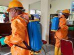 petugas-dari-dpkp-kota-pekanbaru-menyemprotkan-cairan-disinfektan.jpg