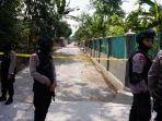 petugas-densus-88-sedang-menjaga-jalan-di-sekitar-rumah-terduga-teroris.jpg