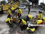 petugas-dinas-pupr-pekanbaru-bersihkan-saluran-air-jalan-arifin-achmad-cegah-banjir_20181031_165919.jpg