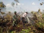 petugas-gabungan-melakukan-pemadaman-kebakaran-hutan_20180220_123137.jpg