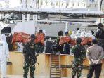 petugas-gabungan-saat-berjaga-mengamankan-kapal-berbendera-china-di-perairan-kepulauan-riau.jpg