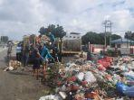 petugas-kebersihan-membersihkan-sampah-menumpuk-di-depan-pasar-arengka.jpg