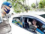 petugas_dari_satpol_pp_kota_pekanbaru_mengingatkan_pengendara_pakai_masker.jpg