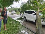 pohon-tumbang-menimpa-mobil1.jpg