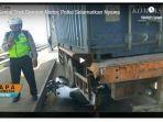 polisi-ganjal-truk-kontainer-dengan-motor-dinas.jpg