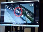polisi-menampilkan-rekaman-cctv-mobil-pelaku-penabrak-satu-keluarga.jpg