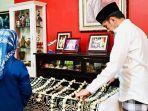 presiden-joko-widodo-berdiri-di-depan-jenazah-ibundanya.jpg