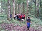 proses-evakuasi-korban-dari-dalam-hutan-di-kawasan-bedugul_20170408_175058.jpg