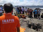 proses-evakuasi-temuan-kerangka-manusia-di-pantai-parangkusumo-selasa-2192021.jpg