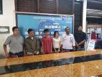 proses-penyerahan-tiga-tersangka-penyalahguna-narkotika-di-kantor-bnnk-kota-pekanbaru.jpg