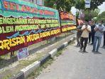 puluhan_karangan_bunga_berdatangan_ke_sekretariat_dpc_partai_demokrat_pekanbaru_ada_apa.jpg