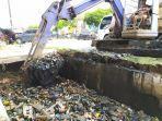 pupr_dumai_riau_bersihkan_drainase_begini_penampakan_mengerikan_sampah_plastik_1.jpg