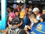 ratusan-calon-penumpang-saling-berdesakan-di-terminal-pelabuhan-penumpang-tanjung-harapan_20180610_132746.jpg