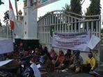 ratusan-mantan-karyawan-pabrik-karet-pt-ricry-demo-di-kantor-gubernur-riau.jpg