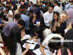 ratusan-orang-pencari-kerja-padati-pekanbaru-job-expo-2017-a_20171004_164210.jpg
