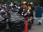 ratusan-sepeda-motor-milik-siswa-berjejer-terparkir-di-badan-jalan-kopan-2_20170904_165259.jpg