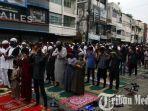 ratusan-umat-islam-melaksanakan-salat-idul-fitri-1441-h-berjamaah-di-ruas-jalan-zainul-arifin-medan.jpg