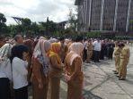 ratusan_pegawai_pemprov_riau_dijemur_di_halaman_kantor_gubernur_setelah_ketahuan_tidak_ikut_apel.jpg