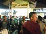 ratusan_warga_geruduk_mapolsek_tambang_pekanbaru-bangkinang_macet_panjang_rabu_malam1.jpg