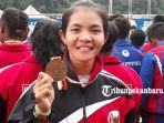 raudani-fitrah-dengan-medali-perak-asian-games-yang-di-raih-di-nomor-tbr-200-meter-putri_20180831_161434.jpg