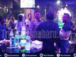 razia-jam-operasional-tempat-hiburan-malam-di-pekanbaru-kasatpol-pp-ditantang-pria-berkacamata.jpg