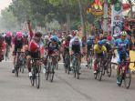 reno-yudha-sansaka-selebrasi-setelah-berhasil-finis-pada-urutan-i-etape-ii-tour-de-siak.jpg