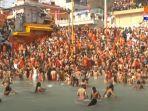 ritual-mandi-bersama-di-sungai-gangga.jpg