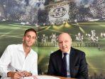 rodrigo-bentancur-menandatangani-kontrak-bersama-petinggi-juventus-beppe-marotta_20170422_141326.jpg